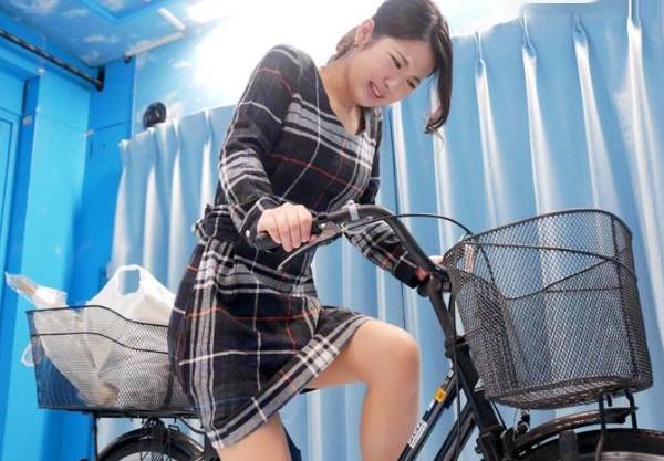 『またぁ!イッくぅぅ!!』ママチャリ奥様がアクメ自転車に挑戦!発情マンコに後ろからブチ込まれ寝取られファックw