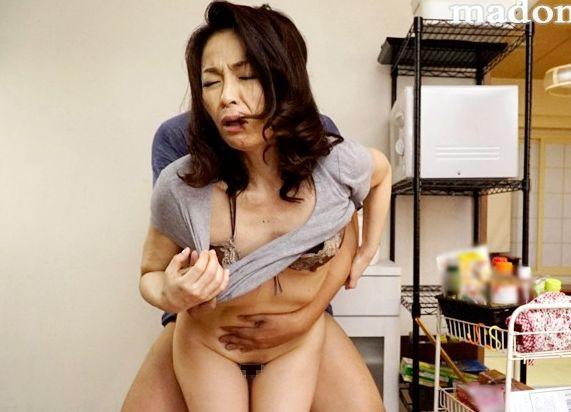 『ごめんね…お母さん我慢できないの!』46歳未亡人が滾る肉欲を抑えられず娘の彼氏を寝取る!快楽を貪る悶絶交尾!