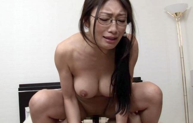 『撮られてるぅ!恥ずかしいよぉぉ!!』40歳のメガネ奥様は爆乳エロボディ!夫婦性活を知人に撮影させた変態映像!