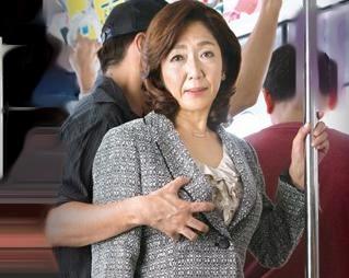 『うそ!?こんなおばさんに…』52歳熟女が電車内で痴漢に襲われる!マンコを弄られ発情…思わずチンポを咥える!