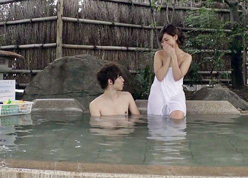 『ぁん…膣内に出されてるぅ…♡』大学生の友達男女が温泉混浴!初めて見るお互いの裸体に発情し友情崩壊セックス!