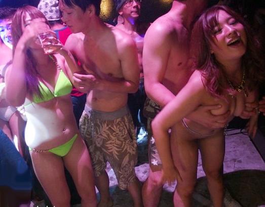 ビキニ黒ギャルたちが媚薬泡パーティーでハメ狂い!とっかえひっかえチンポを貪るキメセク乱交!