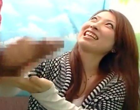 素人美女をナンパしてデカチンポロリで見せつけwギンギン肉棒を羞恥手コキさせるw