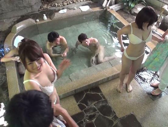 『ホントに挿入ってるよぉぉ!!』素人カップルが賞金をかけて野球拳対決!負けた彼女は混浴で入浴客に膣内射精されるw