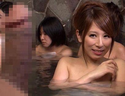 『えっ!ここ女湯のはずじゃ!?』巨乳美女ばかりの温泉にしれっと入る変態男w勃起チンポに発情する女と即ハメ交尾!