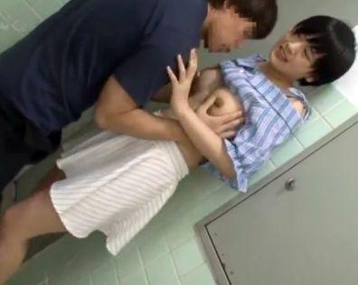『なんなのぉぉ!!触らないでぇぇ!!』激カワ美少女を公衆トイレで襲撃!鬼畜男が問答無用でブチ込む中出しレイプ!