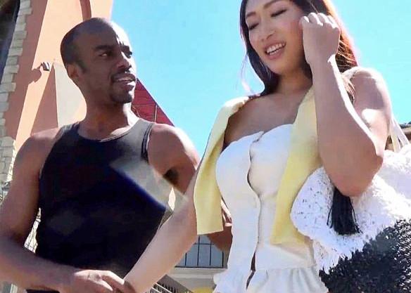 美熟女が旅先で黒人男にナンパされメガチンポの餌食に!ハードピストンで激しく犯され悶え狂う!