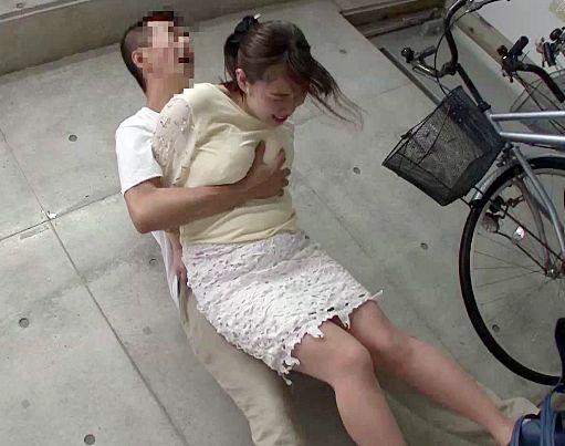 美人ママチャリ奥様の隙をついて駐輪場レイプ!高感度マンコを激しく犯されイキ狂う!