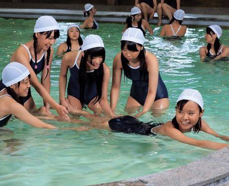 スク水美少女の生徒たちに鬼畜教師がチンポ挿入!パイパンマンコにプールでブチ込む水中セックス!