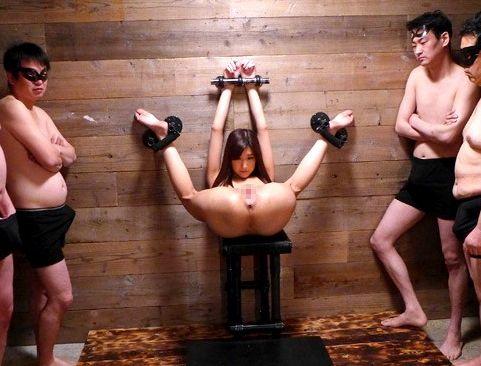 美女を壁に拘束して輪姦凌辱!身動きのできないカラダへ好き放題に膣内射精する肉便器調教!