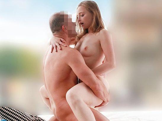 【金髪外人美女】ヨーロッパのブロンド娘に性感マッサージ!発情マンコがあっさりチンポを受け入れて即ハメファック!