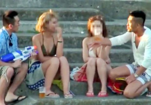 ビキニ巨乳美女2人組をナンパして即ハメ乱交!デカチン挿入され仲良く並んで激ピストンで悶絶!