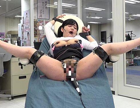 AV制作会社の美人OL超強力電マの効果を自らのマンコで検証!オフィスで拘束され快楽の嵐に潮吹き絶頂で痙攣イキ!