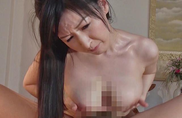垂れ乳熟女がエロ巨乳を振り乱し悶絶!感度抜群マンコが騎乗位ファックで激しく感じまくる!
