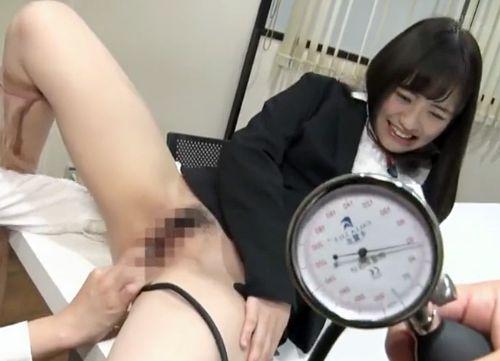 AV制作会社の美人OLがオナホ開発プロジェクトに協力!厳選された淫乱マンコが社内膣圧測定で羞恥悶絶!