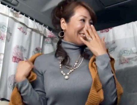 『やだぁ♡恥ずかしいわ♡』美人奥様が車内で巨乳ポロリ!発情マンコに他人棒を挿入し膣内射精ファックで寝取る!