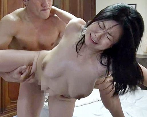 《ヘンリー塚本》美人義母の熟れたカラダに欲情する息子!垂れ巨乳に激しく勃起したチンポをブチ込み義理母子セックス!