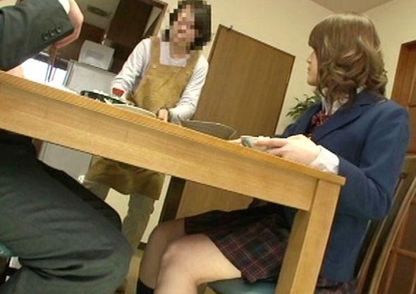 家族がくつろぐテーブルの下で行われる近親淫行!制服娘と父親が股間を責めあい母親に隠れて父娘相姦でハメまくる!