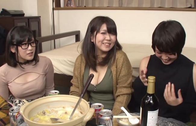美人女子大生たちとの鍋パーティーでこっそり媚薬投入!すぐさま発情してチンポを欲しがる淫乱娘w
