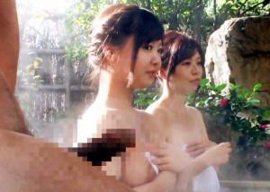 『すごい…あんなに大きくなってる…』混浴温泉で堂々とフル勃起する男!娘に見せまいとする母が発情して舐め始めたw