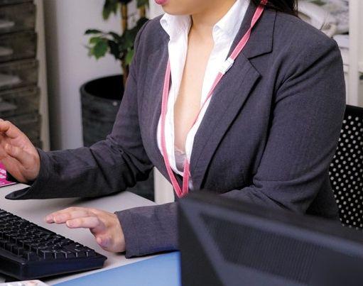 『ちょっと!ダメだって!』美人OLの大胆な胸元から巨乳チラリ♡辛抱たまらずオフィスでデカパイを揉みしだく!