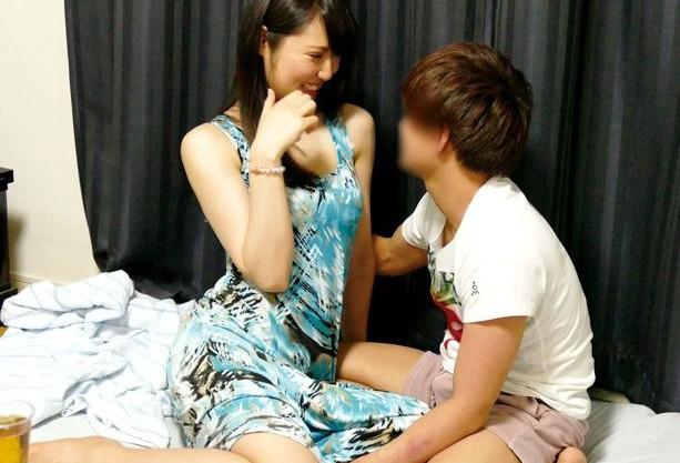【盗撮】三十路美人奥様が若い男の部屋へ連れ込まれ即ハメ!夫を裏切り他人棒にあっさり股を開く不倫セックス!