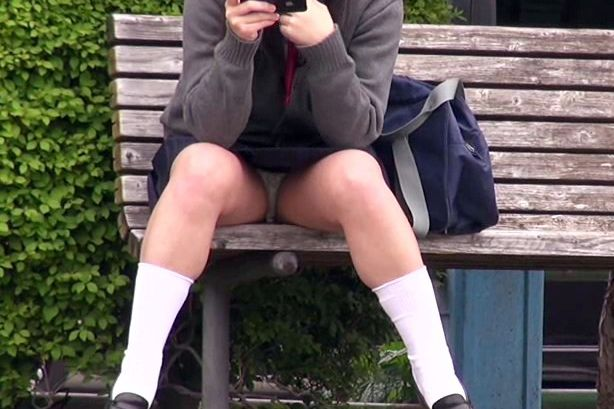 【盗撮】無防備な制服美少女の大胆パンチラを隠し撮り!普通は見ることのできない禁断の秘所をこっそり垣間見る!