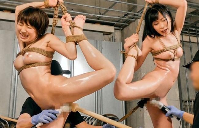 美人女優2人を荒縄で緊縛拘束し快楽責めするメス奴隷調教!鬼畜チンポを情け無用でねじ込んで徹底的に犯しつくす!