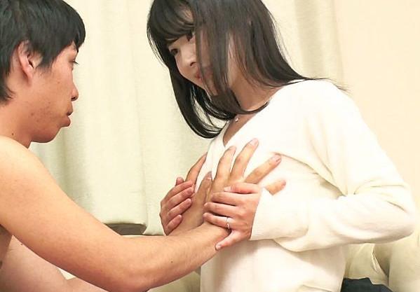 現役ナースの美人奥様が童貞クンを優しく筆おろし!生ハメ膣内射精であふれ出るザーメンを掬い取り笑顔でごっくん!