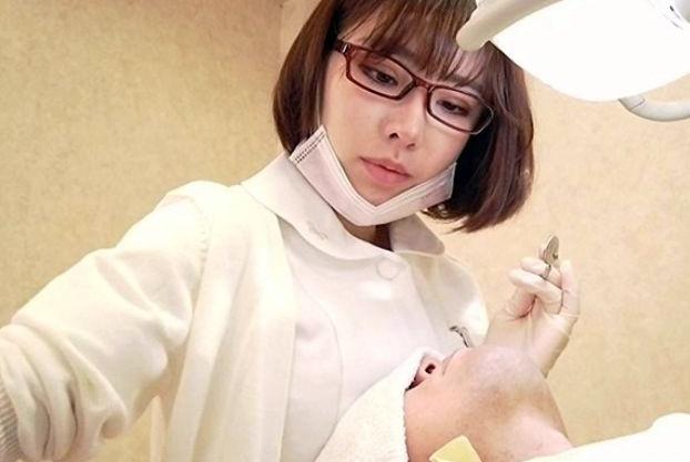 歯科衛生士の美女が男性患者をこっそり誘惑!胸を押し当て勃起させたらオナニー鑑賞しつつ卑猥に乳首責めする痴女!