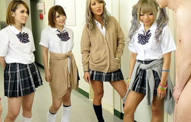 クラスの女子は制服ギャルばかり!チンポを狙われた男子生徒が好き放題に弄ばれる乱交ハーレム中出しセックス!