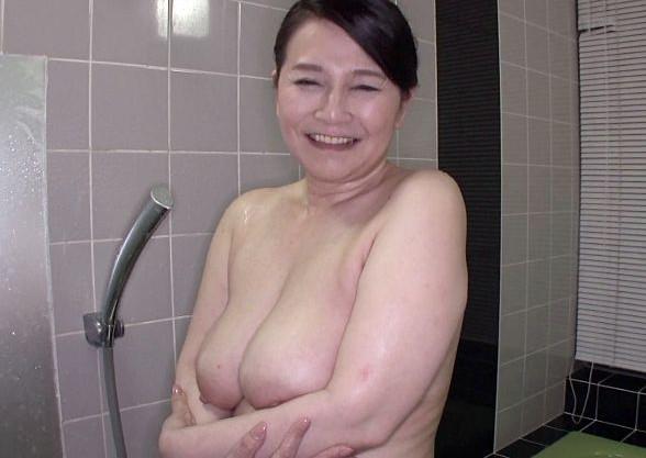60歳のHカップ巨乳奥様は還暦過ぎても性欲旺盛!完熟ボディを疼かせて若チンポとハメ狂う初撮りデビュー!