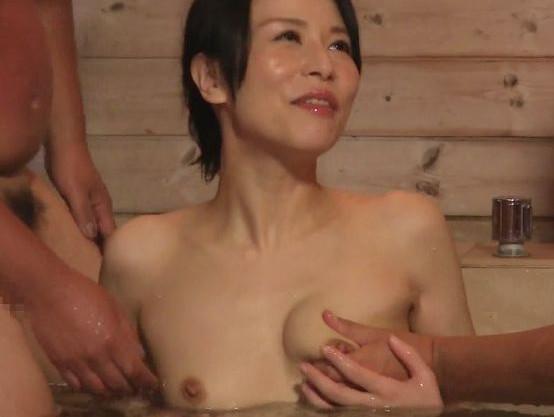 四十路の人妻女優がヒッチハイク旅で男たちとハメまくる!露天風呂で2本のチンポとゆきずり3P乱交ファック!