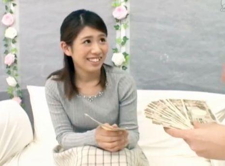 【素人企画】美人女子大生を謝礼で釣ってエロインタビュー!突然あらわれた男にデカチン挿入され困惑しつつ悶絶w