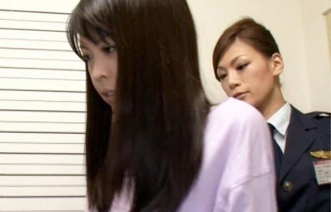 【レズ】鬼畜女性刑務官が美人女囚に性的暴行!逆らえないのをいいことに禁断の扉をこじ開ける変態レズ調教!