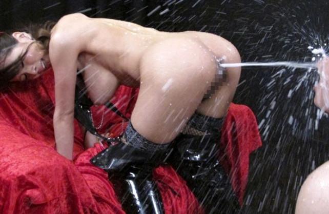 ◆希咲エマ◆巨乳美女の肛門から大量のミルク浣腸発射!ユルんだアナルを責められチンポに悶え狂う3P乱交ファック!