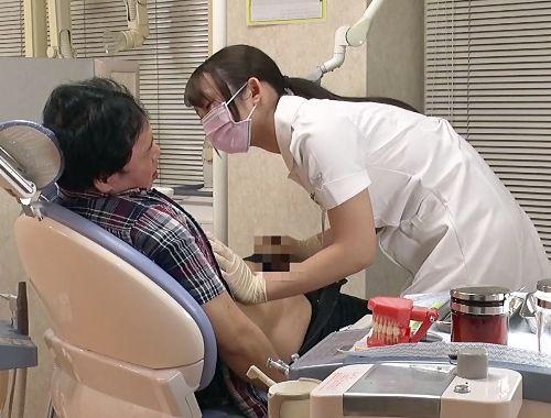 『すっきりしましょうね♡』エッチな歯医者さんが男性患者を巨乳ボディで誘惑♡チンポに跨り診察台で即ハメ騎乗位♡