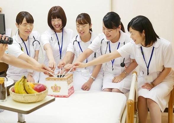 『中に出てるぅ♡』美人看護師が入院患者の童貞クンを筆おろし!巨乳ボディを発情させ初物チンポを捕食セックス♡