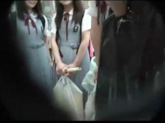『こんなになるんだ…』修学旅行の制服美少女たちが都会でエッチ体験♡大人チンポを前に恥じらいつつも手を伸ばすw