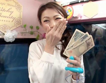 【素人企画】アラサー美人奥様がミラー部屋で公開オナニー!お金に釣られて痴態を晒しカラダをビクつかせ本気アクメ!