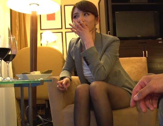 【人妻ナンパ】キャリアOLの美人奥様に声をかけホテル直行!スーツ姿のエロボディに着衣のままでエッチ開始!