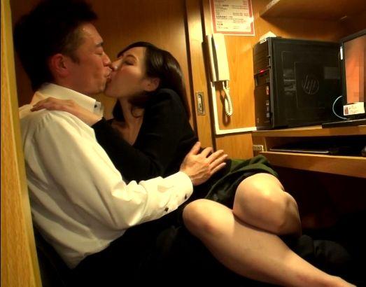 39歳の美人奥様はどこでも唇を重ねたがる接吻中毒!よその男と舌を絡めあいマンコを疼かせ不倫セックスに没頭!