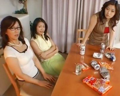 『まだ出しちゃダメよ♡』美人奥様3人がドMおじさんを痴女責め!淫欲むき出しの濃厚テクで好き勝手にチンポを弄ぶ!