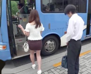 『入れていいのよ♡』巨乳奥様が満員バスの男子学生を密着誘惑♡ギンギン若肉棒にイタズラして即ハメセックスを堪能♡