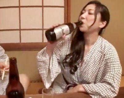 『チンポ入れてぇ!』いつもは無口な巨乳上司が泥酔して痴女に豹変ww出張先で酒に飲まれて同僚同士でセックス開始!
