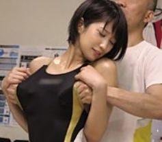 競泳水着の体育大女子大生に性感マッサージ!セクハラ整体師の施術で発情したマンコが問答無用でチンポに貫かれる!