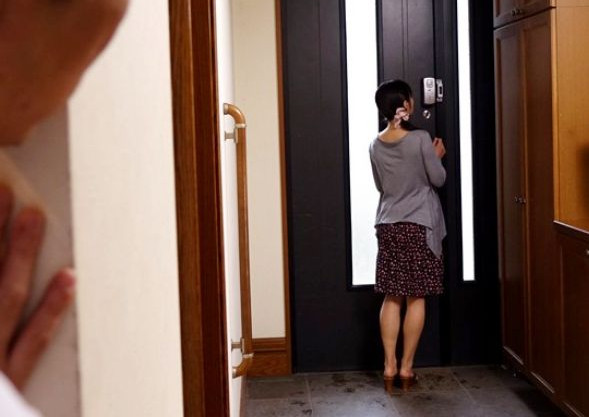 『なんでここに…』先生もう我慢できないよ…人妻教師を付け狙うストーカー生徒が家宅侵入!問答無用で襲いかかる!