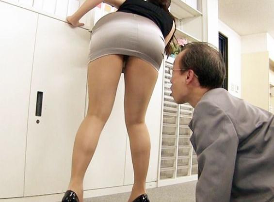 『なにやってるんですかぁ!』むちむち尻OLにセクハラ部長が欲情ww巨乳パイズリで射精させてスカートぶっかけ♡
