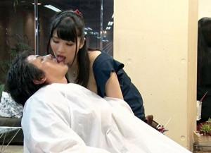 『下半身ほぐしますね♡』巨乳美容師さんの誘惑で客チンポはフル勃起wwこっそり手コキして店内でセックス開始♡