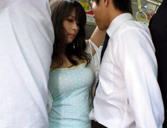 ⦅カタいの当たってる♡⦆満員バスで密着した男女が性欲大暴走ww興奮を抑えられずに車内で即ハメセックス開始♡